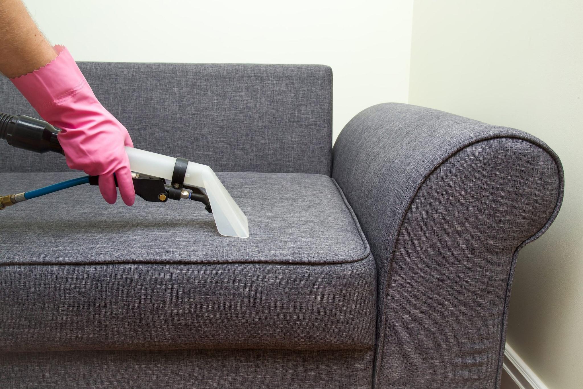 Pulire Divano In Pelle come disinfettare il divano con il vapore: i consigli per il