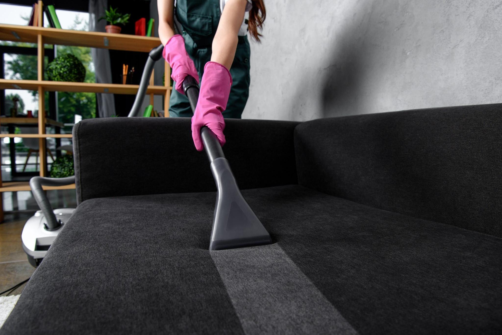 Come Pulire Il Divano come disinfettare il divano con il vapore: i consigli per il