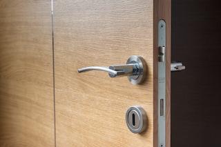Come pulire e disinfettare le maniglie delle porte con rimedi naturali
