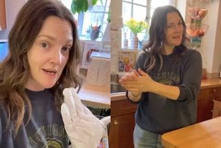 """Drew Barrymore con i guanti """"idratanti"""": il suo rimedio contro le mani secche è geniale"""