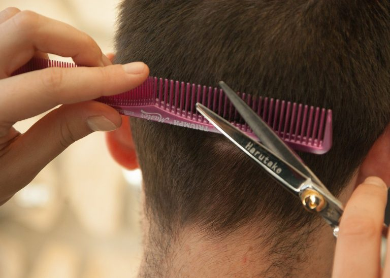 Coronavirus: sempre più donne tagliano i capelli ai ...