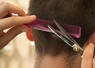 Coronavirus: sempre più donne tagliano i capelli ai fidanzati in casa, i risultati sono esilaranti