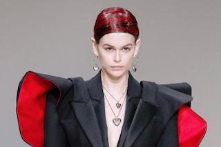 Kaia Gerber irriconoscibile in passerella: a Parigi sfila con i capelli cortissimi e rossi