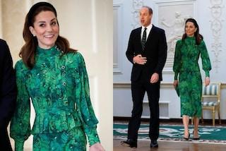 Kate Middleton in verde col cerchietto: per l'arrivo in Irlanda sceglie l'abito da quasi 2mila euro