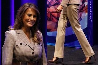 Melania Trump e la passione per la pelle pitonata: abbina i décolleté alla giacca scozzese
