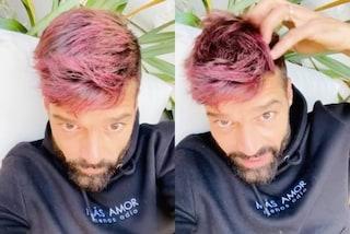 Ricky Martin con i capelli rosa, il cambio look in quarantena è drastico