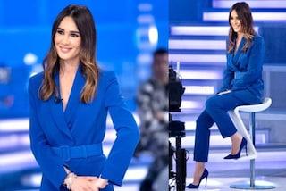 Silvia Toffanin tutta in blu, a Verissimo abbina il tailleur alle scarpe