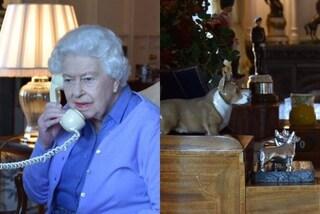 La regina Elisabetta mostra lo studio: sulla scrivania ha un telefono vintage e le statue dei corgi