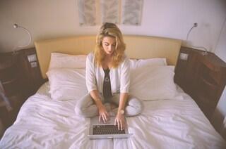 Lavorare dal letto è un'abitudine sbagliata: danneggia la postura e rende meno produttivi