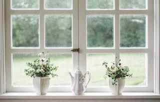 Come pulire i vetri molto sporchi senza sforzo con rimedi naturali