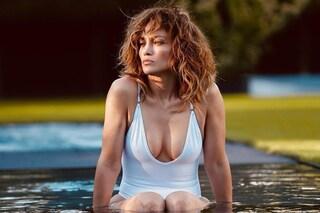 Jennifer Lopez in quarantena con i capelli al naturale ma il costume è hot