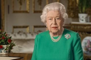 """Elisabetta II parla alla nazione in verde speranza: il significato del look """"riciclato"""" è simbolico"""