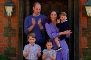 La Royal Family al completo applaude i medici: Kate e Charlotte primaverili, George in jeans