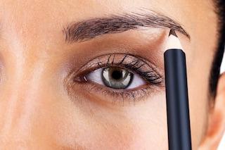 Come sistemare le sopracciglia con matita e forbicine