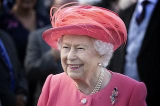 Regina Elisabetta II, la quarantena a Windsor tra videochat e passeggiate con i cani