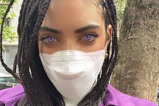 Elodie con treccine, mascherina e lentine lilla: il colore degli occhi è abbinato alla giacca
