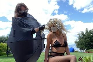 Heidi Klum chiama il parrucchiere a casa in quarantena: le ha fatto i colpi di sole con l'ombrello