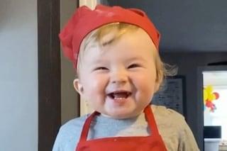 Kobe, l'adorabile bambino chef con cappello e grembiule rosso: a 1 anno è già una star del web