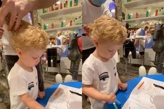 Leone si è tagliato i capelli dopo la quarantena: disegna e gioca mentre è dal barbiere