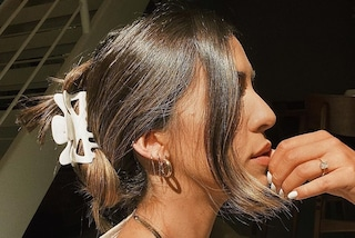 """Il ritorno del mollettone per capelli: l'accessorio """"da casa"""" è il più trendy della primavera 2020"""