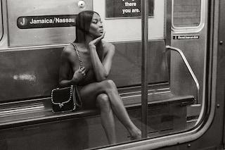 Naomi Campbell nuda nella metro di New York, a 50 anni incanta con la sua bellezza mozzafiato