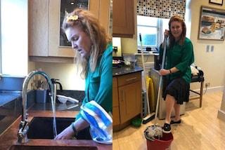Sarah Ferguson tra mocio e piatti da lavare: anche i Royals in quarantena fanno le pulizie