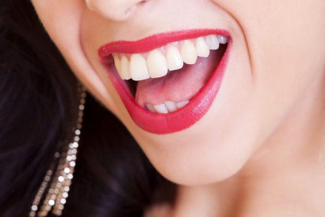 Come sbiancare denti modo naturale olio cocco è prodotto perfetto