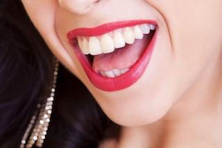 Come sbiancare i denti in modo naturale: l'olio di cocco è il prodotto perfetto