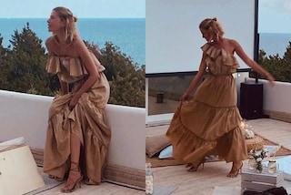 Alessia Marcuzzi, abito a balze e tacchi per la serata con le amiche: il look estivo è trendy