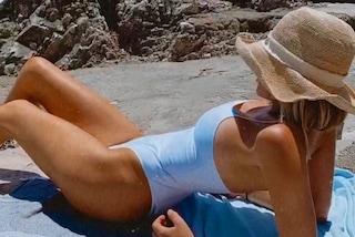 Alessia Marcuzzi, il primo giorno di mare è in costume bianco (sgambato) e cappello di paglia