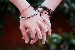 Quei braccialetti portafortuna con cui suggellavamo amori e amicizie hanno una storia da raccontare