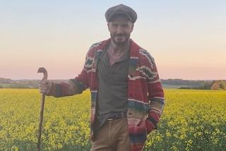 """David Beckham in versione """"campagnolo"""" col cardigan multicolor (che non piace a Victoria)"""
