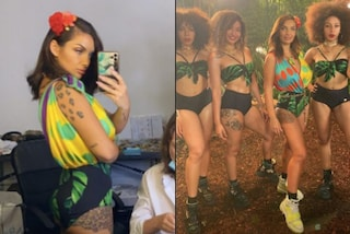 Elettra Lamborghini, fiori tra i capelli e shorts tropicali: per la hit dell'estate il look è jungle