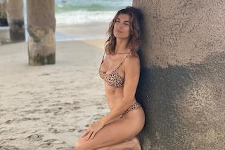 Elisabetta Canalis col bikini leopardato: lancia il trend animalier per l'estate 2020