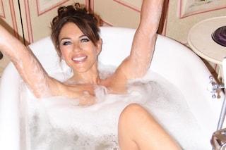 Elizabeth Hurley nuda in vasca da bagno: festeggia i 55 anni ed è più sexy che mai