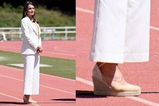"""Letizia di Spagna """"ruba"""" le scarpe a Kate: le espadrillas con la zeppa sono il must-have primaverile"""