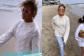 J.Lo con jeans e maglione al mare: il look è perfetto per essere trendy dopo un temporale estivo
