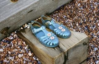 Sandali Jelly, la tendenza dell'estate 2020: le scarpe di gomma che ci portano indietro nel tempo