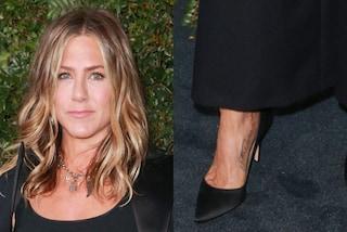 Jennifer Aniston ha due micro tatuaggi, sono delle dediche speciali al cagnolino che ha perso