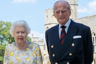 La regina Elisabetta a fiori e con la spilla a cuore: così festeggia i 99 anni del principe Filippo
