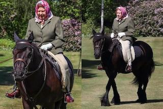 La regina Elisabetta II va a cavallo in pantaloni: così riappare in pubblico dopo il lockdown