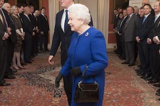 La regina Elisabetta II e i messaggi in codice nascosti nella borsa: nessuno può toccargliela
