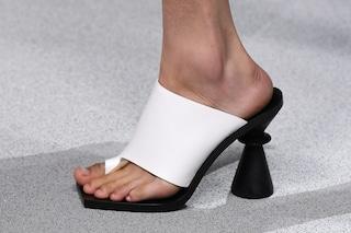 Il ritorno delle infradito col tacco, i sandali ispirati agli anni '90 sono il must-have dell'estate