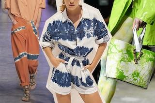 """La moda tie dye: sono di tendenza per l'estate 2020 magliette, jeans e accessori """"scambiati"""""""