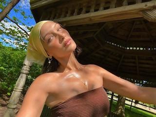 Bella Hadid rilancia la bandana: è l'accessorio ispirato agli anni 2000 più trendy dell'estate