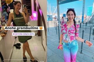 Aurora Ramazzotti, la trasformazione in tv: grembiule e ciabatte in casa, look floreale a lavoro