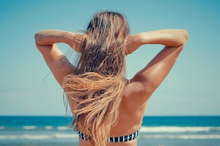 Come proteggere i capelli al mare: tutto quello che devi sapere sugli spray solari