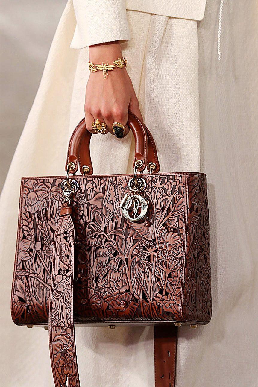 Gli intarsi su una delle borse della collezione Cruise 2021 di Dior
