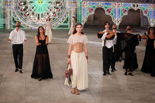 Le modelle sfilano tra danzatori di pizzica allo show di Dior
