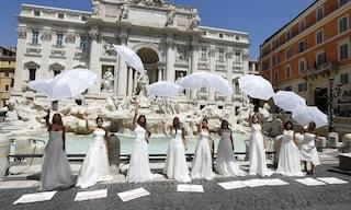 """Il flash mob delle spose in abito bianco: """"Questo matrimonio s'ha da fare, lasciateci festeggiare"""""""